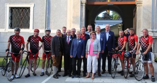 Europa-Abend, Gruppenbild Bgm mit Radfahrern2